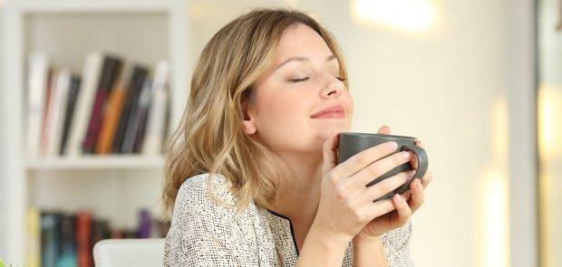 Frau genießt Tee: Achtsamkeitsübungen im Alltag zum Wohlfühlen und Regenerieren.