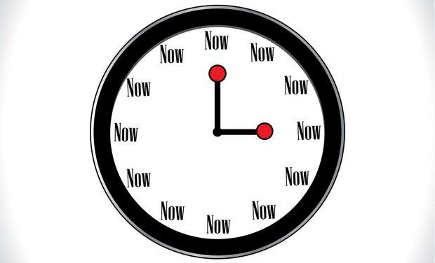 Eine Uhr, die zu jeder Stunde NOW anzeigt, zum Erinnern an die Achtsamkeitsübungen im Alltag.