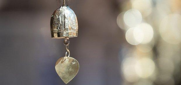 Kleines Tempelglöckchen als Symbol zum Erinnern an die Achtsamkeitsübungen im Alltag.