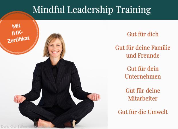 Meditierende weibliche Führungskraft lächelt in die Kamera